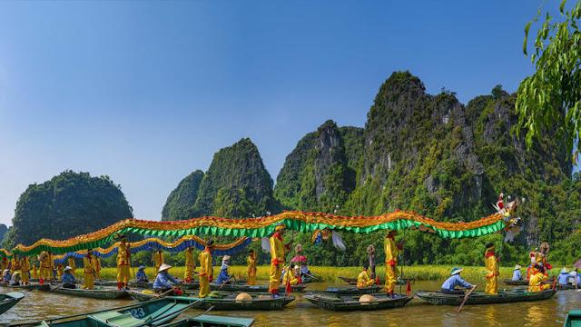 Nếu ghé Ninh Bình trong Tuần lễ du lịch từ 18-25/5, bạn còn có cơ hội được hòa mình vào không gian đậm đà bản sắc văn hóa dân tộc cùng người dân địa phương và rất nhiều du khách trong nước, quốc tế. Ngồi trên thuyền ngắm cảnh đẹp, tôi thực sự thẫn thờ trước khung đẹp thanh bình của miền quê Việt Nam.