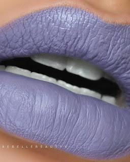 Boca com batom lilás azulado
