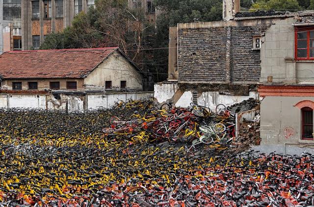 Un prato? No bici abbandoate a Shanghai nel Febbraio 2018