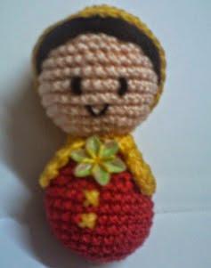 http://translate.google.es/translate?hl=es&sl=en&tl=es&u=http%3A%2F%2Fcrochetandcraftsbymaria.blogspot.com.es%2F2014%2F05%2Feasy-peasy-crochet-doll.html