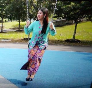 blue kebaya lady on swing