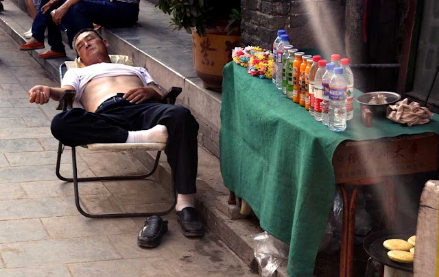 China durmiendo en la calle