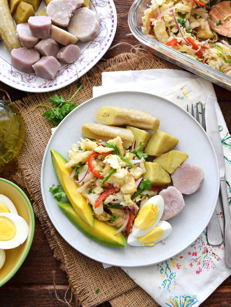 Ensalada de bacalao acompañada con viandas (tubérculos), aguacate y huevos cocidos