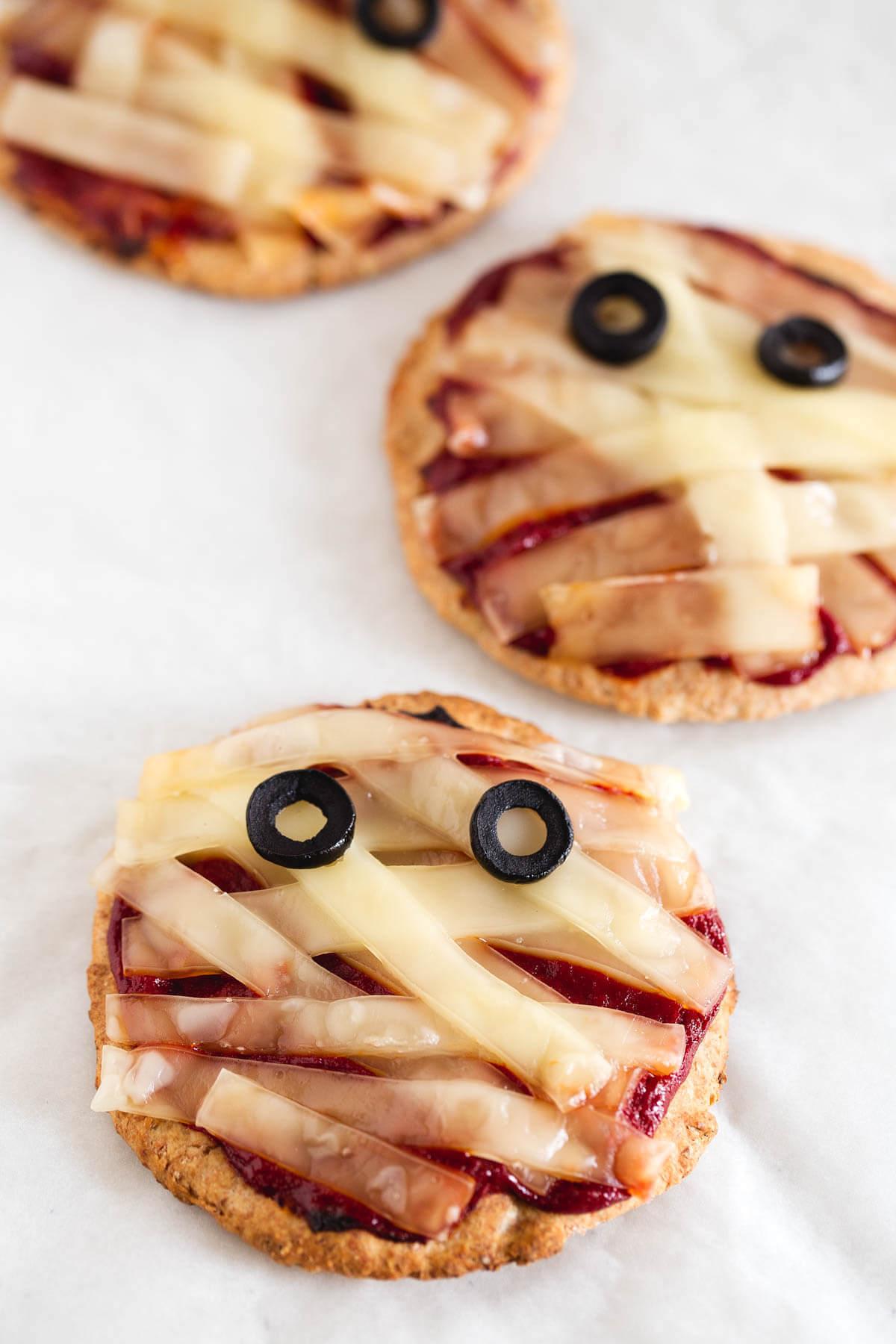Halloween Recipe: Mini Vegan Mummy Pizzas - These vegan mini mummy pizzas are so easy to make. We have a homemade dough with spelt flour; it is a vibrant, healthy alternative.
