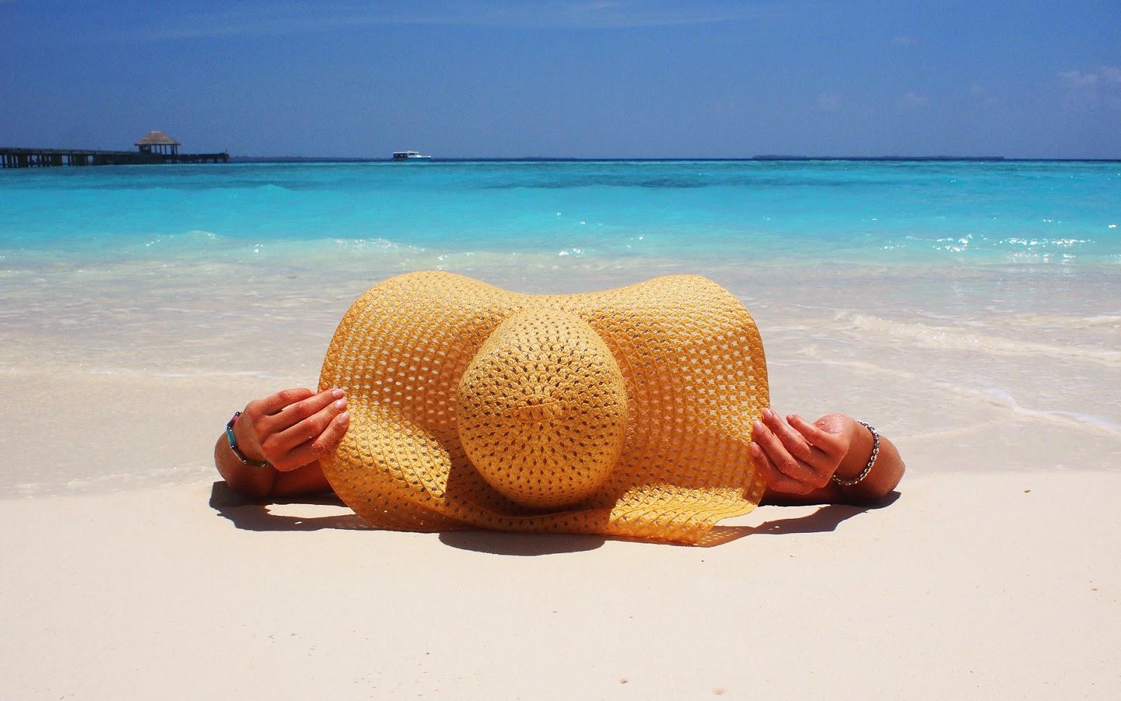 Vrouw op het strand bij de zee in de zomer