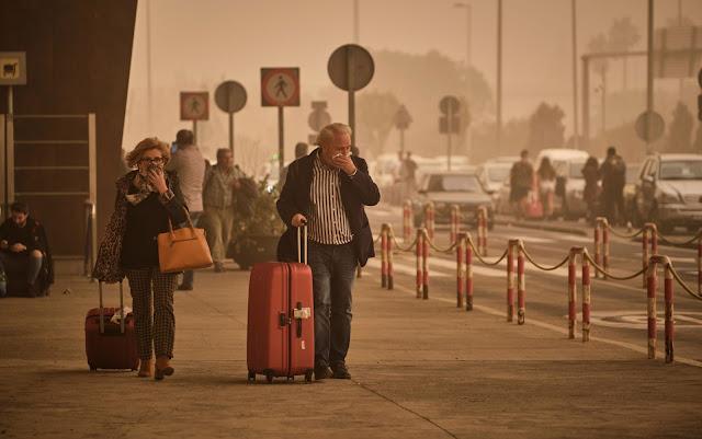 Passageiro no aeroporto cobrindo o rosto pela fumaça