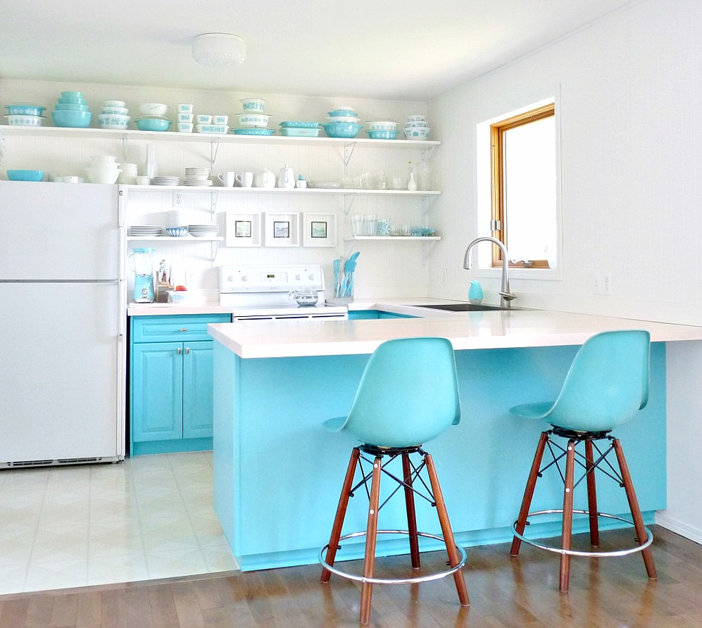 A Budget Friendly Kitchen Makeover With Turquoise Cabinets Open Shelving Dans Le Lakehouse
