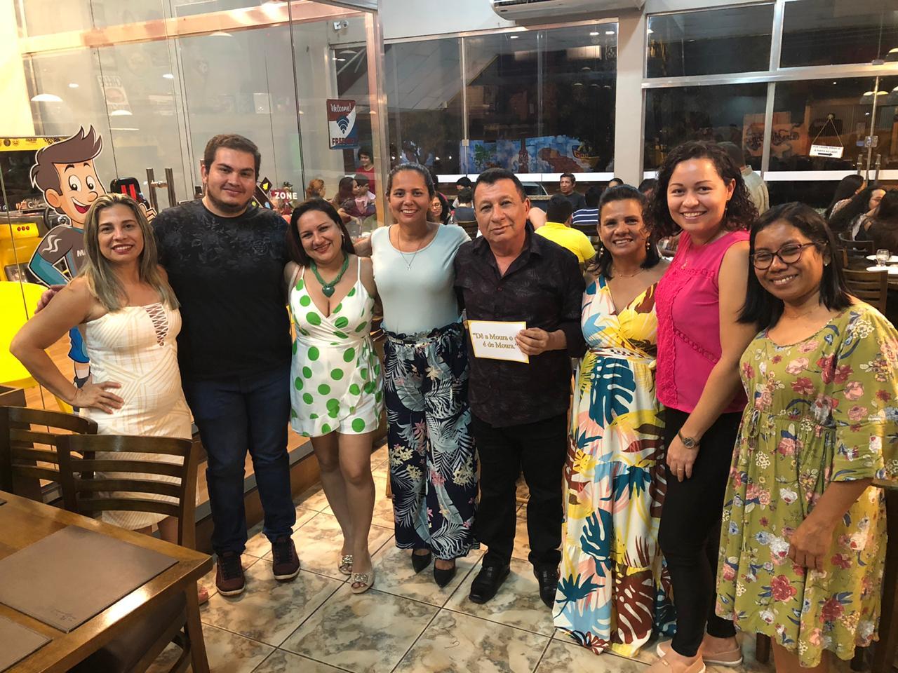 Professor com 42 anos de docência recebe homenagem de alunos em pizzaria