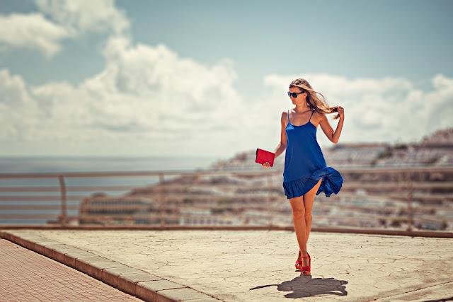 rote Schuhe zu blauem Kleid