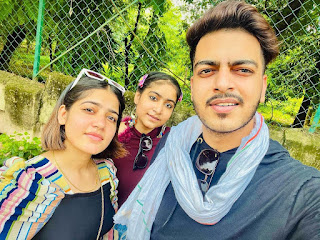 Rachit Rojha with his sisters