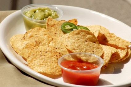 chips salsa guacamole tortillas collation