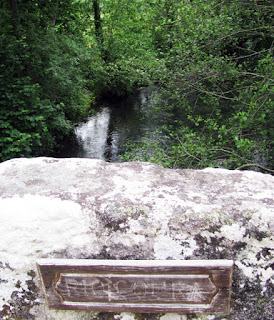 rio e placa do rio Coura
