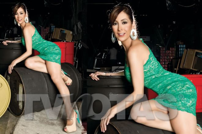 Adriana lavatt posa en vestido verde