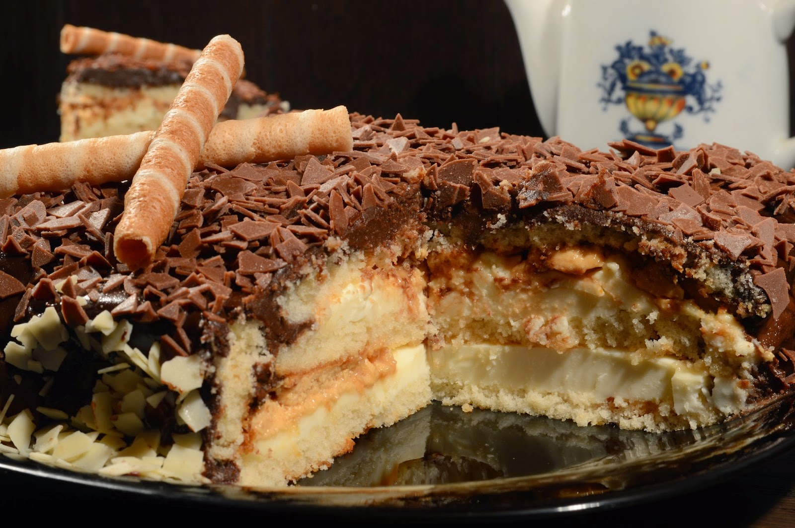 Tarta de turrón, nata y chocolate