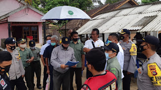 EKSEKUSI: Juru sita pengadilan negeri Praya, Sa'i saat membacakan putusan pengadilan di lokasi KEK Mandalika.