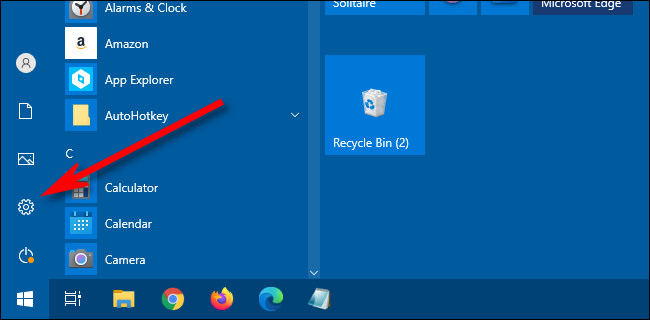 """في قائمة ابدأ في Windows 10 ، انقر فوق رمز """"الترس"""" لفتح الإعدادات."""