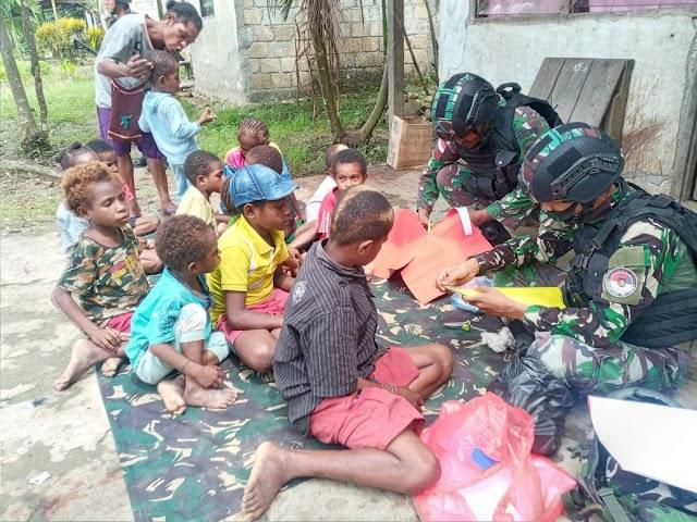 Kreatif, Satgas Yonif Raider 100/PS Pos Kalilapar Ajari Anak Anak Perbatasan Buatkan Topi Natal