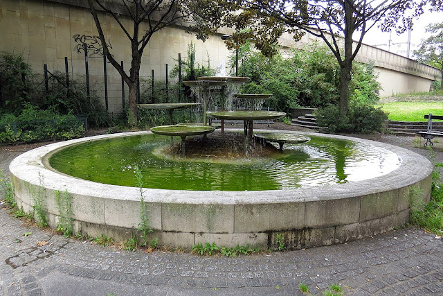 Vercingetorix fountain, jardin Vercingétorix-Brune, Paris