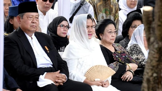 Megawati Hadir di Pemakaman Ani Yudhoyono, PD Ucapkan Terima Kasih