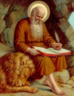 São Jerônimo, de barba branca e comprida, usando uma túnica marrom, é iluminado pelo Espírito Santo enquanto escreve sua tradução das Sagradas Escrituras usando uma pena. Ele está sentado em uma gruta e tem um leão dormindo aos seus pés, que estão descalços
