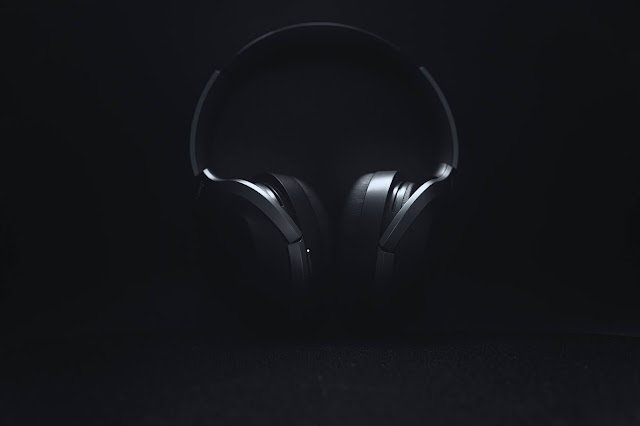 headphones in the dark:Photo by Petri R on Unsplash