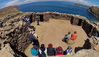 Uma pequena reunião para aprender sobre a cultura da Ilha do Sol.