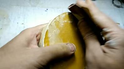 قطعة من البوليستر يتم تنعيمها بإستخدام صنفرة