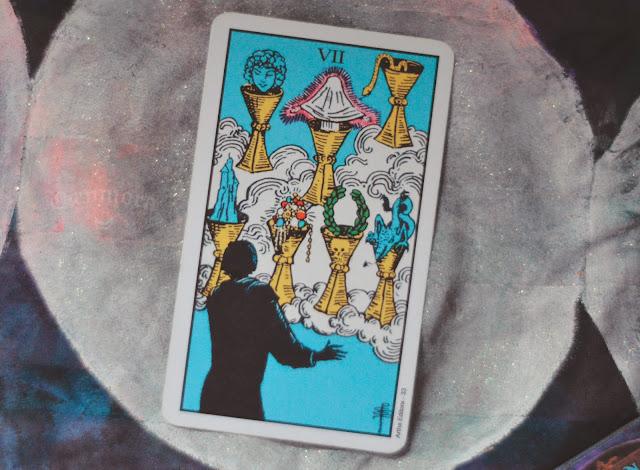 Saiba o significado da Carta 7 de Copas no Tarot do amor, dinheiro e trabalho, na saúde, como obstáculo ou invertida e como conselho.