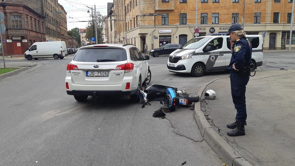 Motorollera un apvidus auto sadursme Rīgā