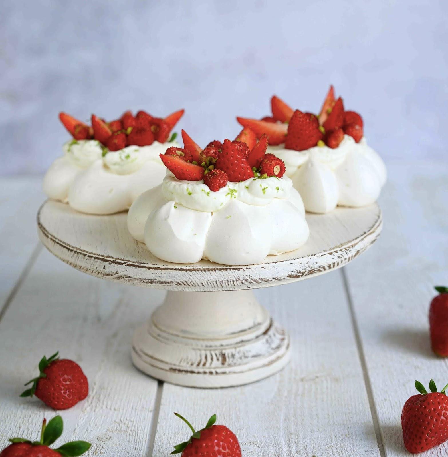 meringaie , pavlova , fraises, dessert de saison