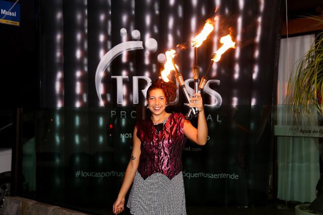 Recepção com malabares de fogo na entrada da festa de confraternização de final de ano da empresa Truss Cosméticos em Santa Catarina.