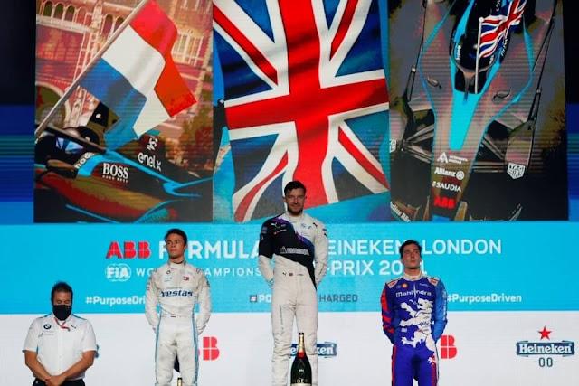 Jake Dennis se hace de la victoria en casa tras ganar la R1 del E-Prix de Londres