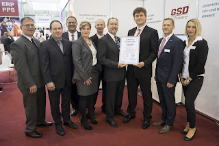 PUEG_ueberreicht_Zertifikat_ISO-27001_an_yourIT_amGSD-Stand_auf_IT&Business