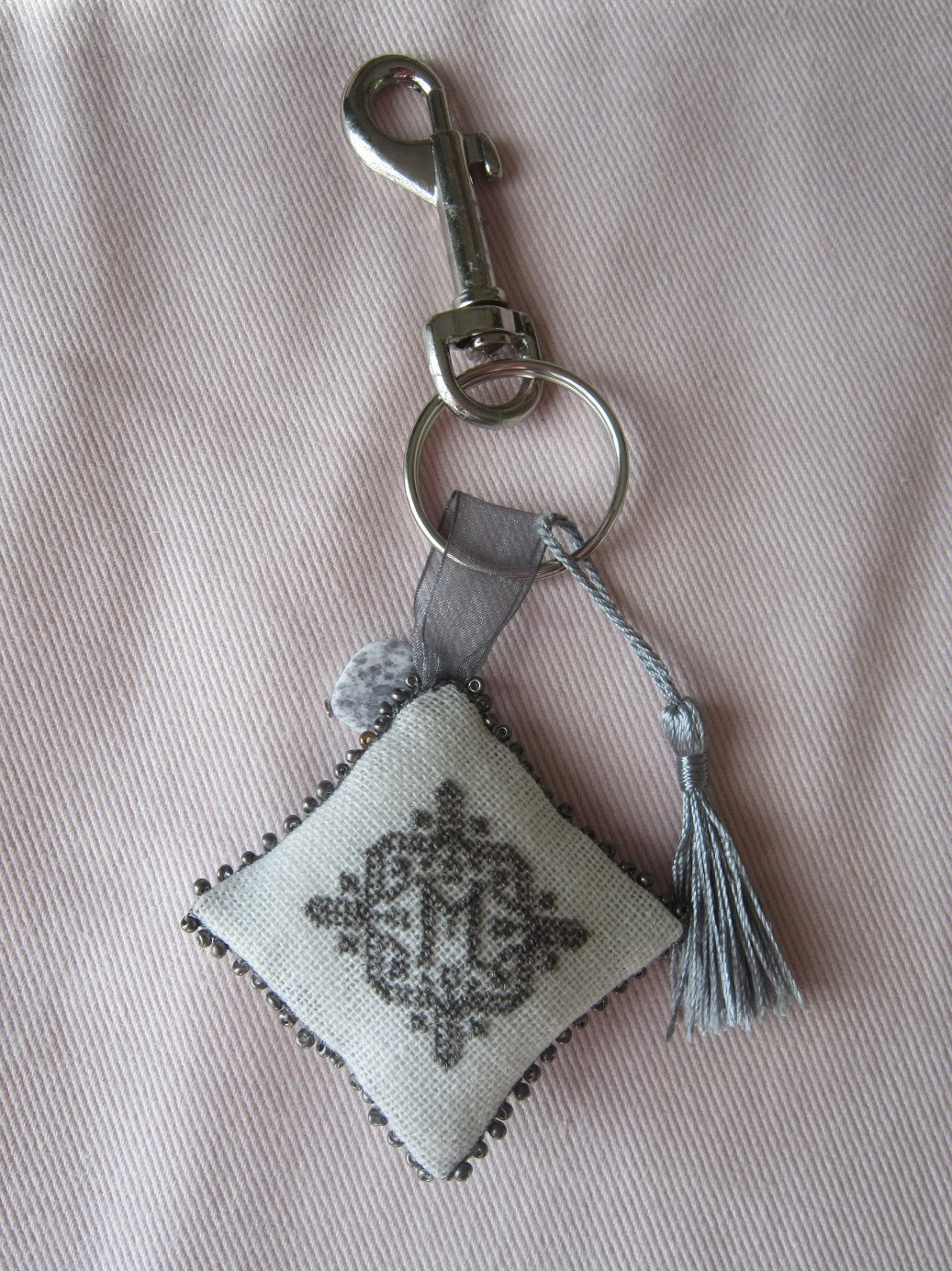 llavero, porte-clefs, punto cruz, point croix, couture, costura, stitching, cross stitch, key holder