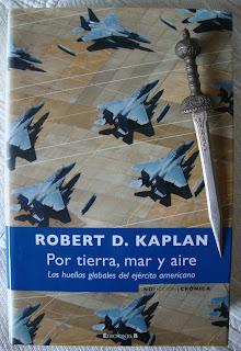 Portada del libro Por tierra, mar y aire, de Robert D. Kaplan