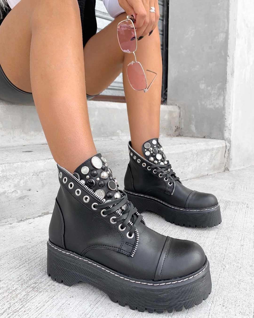 zapatos acordonados tipo borcegos con taches mujer moda invierno 2021