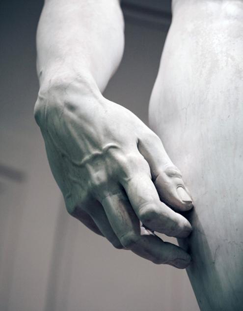 Fotografía en blanco y negro de El David de Miguel Ángel Buonarroti, detalle de la mano derecha. Galería de la Academia de Florencia