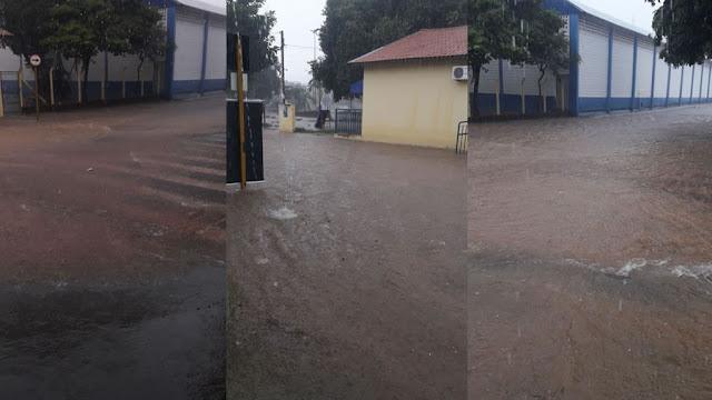 Fortes chuvas inundam ruas ao redor da Praça da Dinda