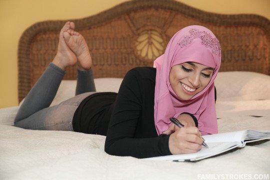 étudiante voilée pieds nus dans son lit