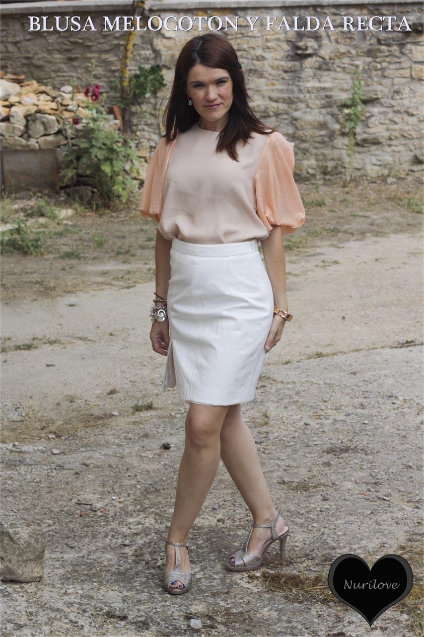 Un look elegante con una blusa color melocotón y una falda recta blanca