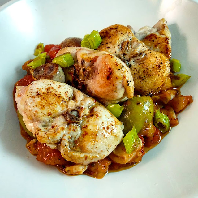 llom de conill amb samfaina i olives