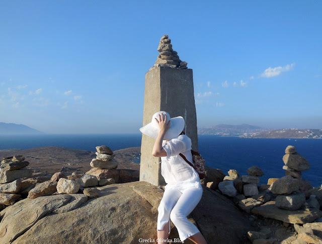 kamienie greckie błękitne morze bezchmurne niebo kobieta w bieli Delos Grecja