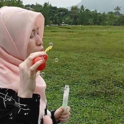 main gelembung sabun di taman sentul nirwana