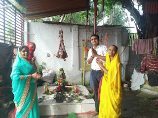 संतोषी माता मंदिर में श्रद्धालुओं ने भगवान को राखी बांधकर की पूजा याचना