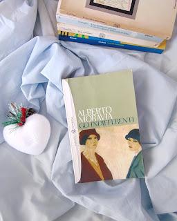 Gli indifferenti - Alberto Moravia Recensione no-spoiler Felice con un libro