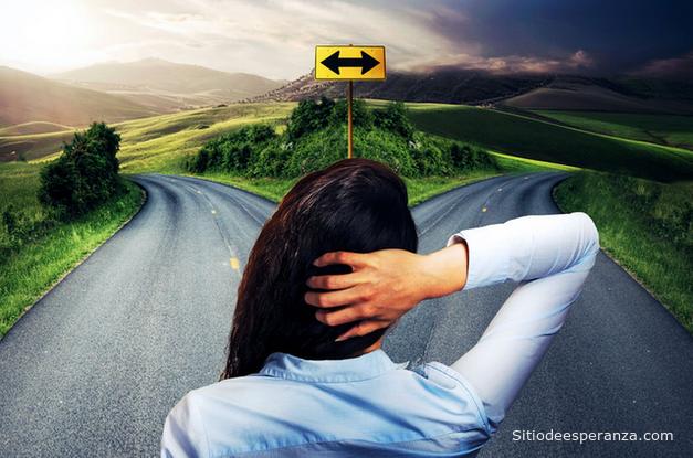 Mujer en duda sobre decisiones en el camino de la vida