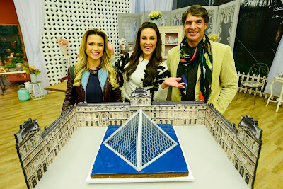 """Os jurados e a apresentadora com a doce """"Pirâmide"""" (Crédito: Zé Paulo Cardeal/SBT)"""
