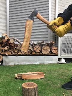 ある程度薪に刃が食い込むと、両手で斧を持てる