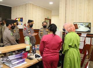 Kapolri Cek Pasien Covid-19 Terlayani dengan Baik di RS Polri dan Berikan Bansos ke Nakes