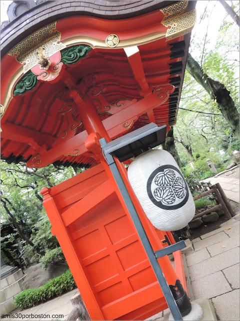 Emblema Aoi-mon en el Farol de la Puerta Ninuri del Santuario Atago en Tokio